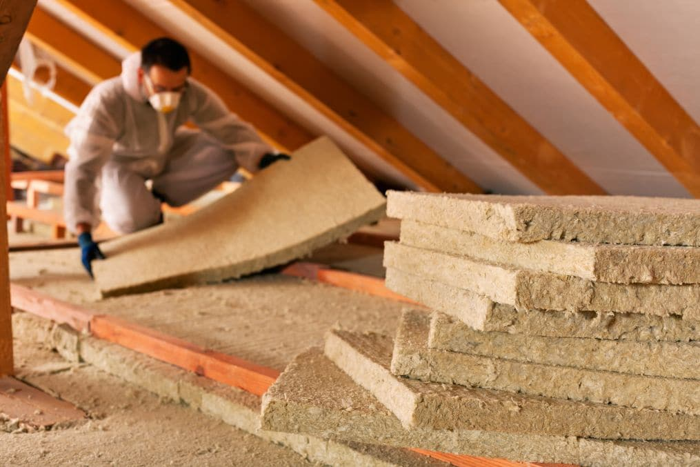pose de laine de verre isolation toiture